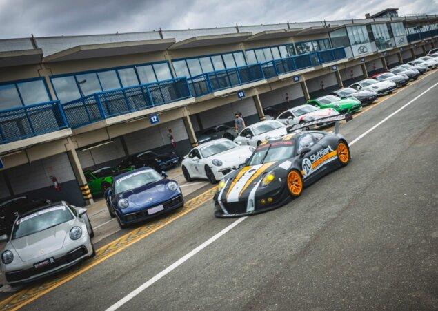 Porsche nos boxes do Autódromo de Curitiba