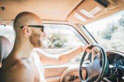 Pode dirigir sem camisa?