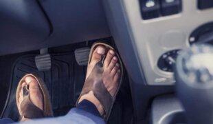 É permitido dirigir descalço, de chinelo ou salto alto?